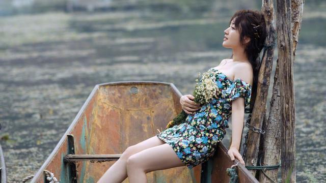 48岁杨钰莹打扮的还像18岁,露肩印花裙搭配短靴,精致侧颜好迷人