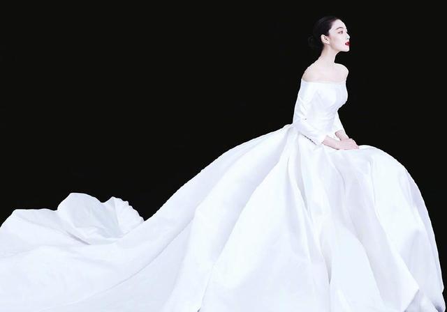 张新宇真是群星中的一条清流。她穿了12万件婚纱,但她感觉很好