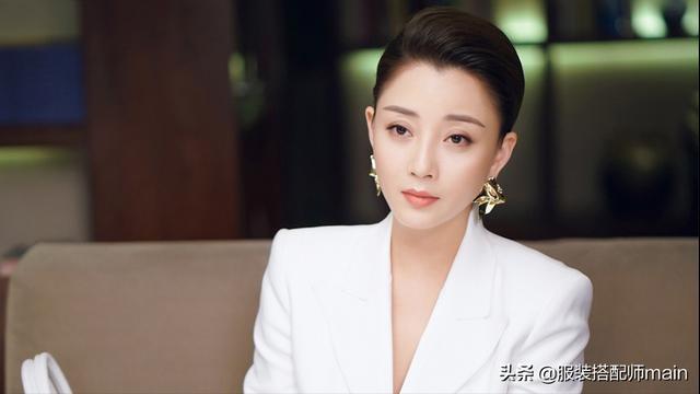 我认为尹涛剧中的衣服足够吸引人,但她的耳环是最引人注目的