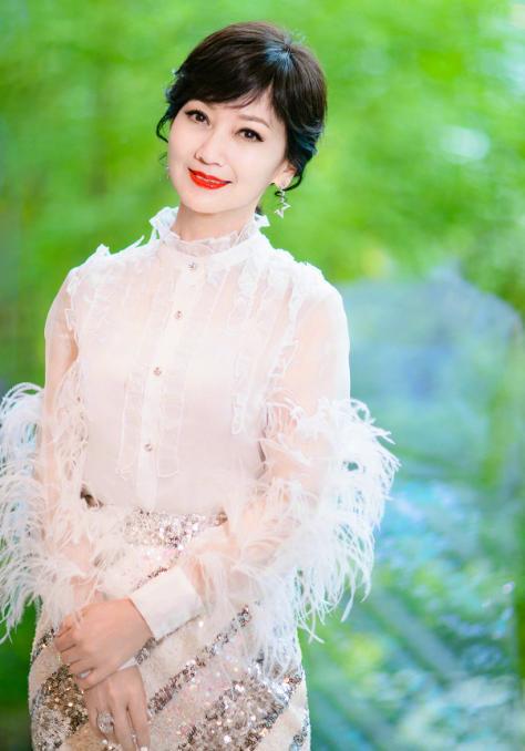 不要被赵亚芝的冰冻年龄所欺骗。拍美丽的照片时被白发暴露在外真的很痛苦