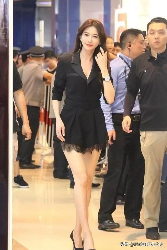 45岁林志玲婚后真敢穿!西装光腿穿还不够,露出打底短裤太尴尬