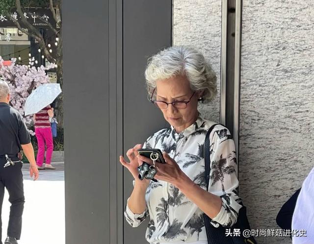 """岁月从未战胜美丽。看看上海街头的""""老人服"""",优雅而平静"""