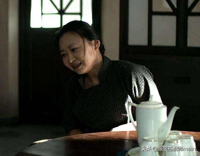 在剧中,她是王秀娥,一位农妇。在戏剧之外,她在中国戏剧中担任教师。所有教的学生都是
