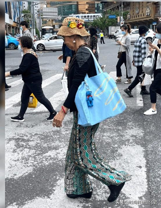 上海街头的老年时装秀回报率100%!气质不亚于年轻人。太美了