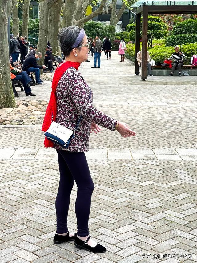 """上海""""老年人""""的时尚打扮火了,不老气,不扮嫩,简单大方就很美"""