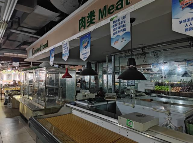 菜市场停电半月伤不起!老人摸黑买菜,肉摊商户被迫撤场
